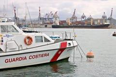 Ла Spezia, Лигурия, Италия 03/17/2019 Торговый порт Ла Spezia в Лигурии На переднем плане шлюпка службы береговой охраны стоковая фотография