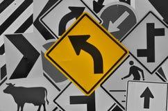 Левая кривая предупреждая вперед знак улицы Стоковое Изображение RF