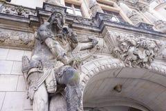 Левая скульптура на стробах Georgenbau, также вызванных как Georgentor в замке Дрездена Dresdner Residenzschloss в Германии конец стоковая фотография rf
