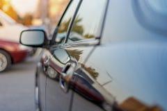 Левая сторона зеркала взгляда со стороны автомобиля стоковые фото