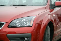 Левая сторона красного автомобиля на парковке торговца сразу после доставки от производственной установки стоковые фотографии rf