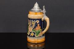 Левая сторона немецкой глиняной кружки пива более souvnier от ` 1950 s Стоковые Изображения RF