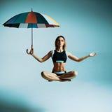 Левитация yogi женщины Стоковое Фото