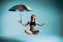 Левитация yogi женщины Стоковые Фотографии RF