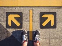Левое знака направления стрелки человека стоящие отборное и правый Стоковые Изображения RF