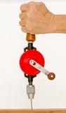 Левое сверло руки владением руки для сверлить деревянный стоковые изображения rf