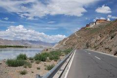 левые горы выпрямляют реку стоковая фотография rf
