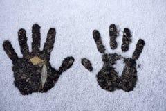 Левые и правые людские печати в снежке стоковые фотографии rf