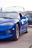 Левый взгляд со стороны голубой спортивной машины стоковое фото rf