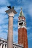 Лев Венеции и колокольни Сан Marco - колокольни ` s St Mark в колокольне ` s St Mark, расположенный на аркаде Сан Стоковое Изображение RF