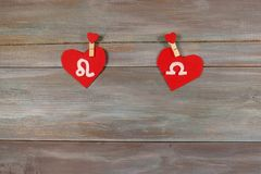 Лев и масштабы знаки зодиака и сердца Деревянное backgroun стоковое изображение
