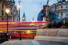 Лев квадрата Лондона Trafalgar и большое Бен возвышаются на предпосылке, Lo стоковое фото rf
