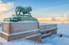 Лев на обваловке Адмиралитейства реки Neva Стоковое Изображение