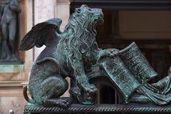 Лев подогнали бронзой, который в Венеции Стоковое Фото