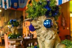 Лев рождества в шляпе от игл сосны, Праге, чехии стоковое фото rf