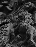 Лев стоя на человеческих головах Стоковое Фото