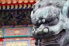 Лев сделанный от меди принятой перед запретным городом в Пекине, Китаем (оно немного влажный от дождя) стоковое фото rf