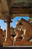 Лев Apsara поклоняясь, Khajuraho, Индия, место наследия ЮНЕСКО стоковые изображения