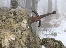 Легендарная шпага Excalibur в камень в середине fo Стоковое Фото