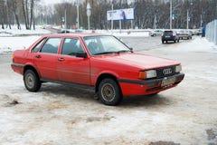 Легендарное винтажное Audi 80 припарковало в улице зимы Смоленска стоковое изображение rf