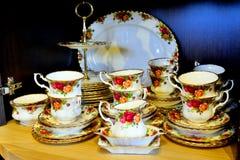 Легендарное собрание роз страны комплекта чая фарфора фарфора при закрытых дверях Стоковая Фотография