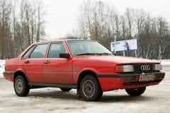 Легендарное Audi 80 припарковало в улице зимы Smolen стоковое фото rf