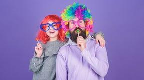 Легкие простые способы родитель потехи шаловливый Парик носки отца и девушки человека бородатый красочный пока съешьте конфету ле стоковое изображение