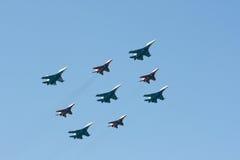 легкие самолет-истребители собирают тяжелое судовождение Стоковая Фотография