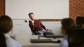 Легкий переговор на офисе Работники офиса имея переговор во время перерыва на чашку кофе Dreamteam имея потеху обед гинеи предпос сток-видео