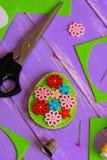 Легкое оформление пасхального яйца войлока Handmade пасхальное яйцо войлока с яркими деревянными кнопками Утиль войлока, ножницы, Стоковое Изображение