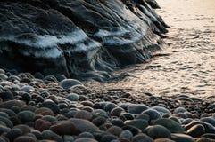 Ледистая гора водой с утесами на восходе солнца Стоковое Фото