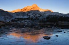 Ледистое озеро гор стоковые изображения rf