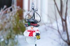 Ледистые ветви дерева и ледистый снеговик Стоковые Изображения RF