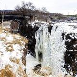Ледистый, водопад замерли Snowy, который на падениях Paterson, Нью-Джерси Стоковое Фото