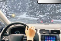 Ледистый привод зимы дороги Условия зимы на дороге с взглядом водителя леса стоковые изображения
