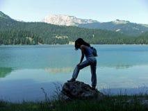 ледниковое озеро девушки durmitor около утеса Стоковые Фото