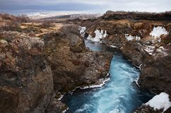 Ледниковое река Исландии от открытого моря между полями лавы стоковая фотография