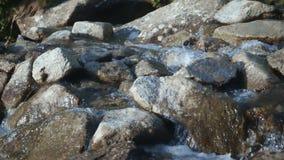 Ледниковые подачи воды от гор через утесы видеоматериал