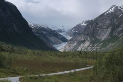 Ледник через горы стоковое изображение rf