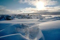 Ледовитый ландшафт, снег и покрытые снег утесы Стоковая Фотография RF