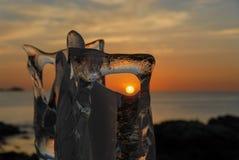 Ледяная скульптура на пляже во время захода солнца стоковая фотография