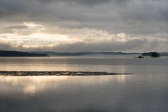 Ледяное поле на плавя озере в весеннем времени Стоковые Изображения