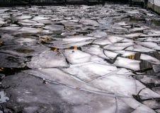 Лед в канале в Гамбурге, Германии городской пейзаж hamburg стоковые фотографии rf