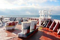 Лед корабля и структур корабля после плавать в морозной погоде во время шторма в Тихом океане стоковые фотографии rf