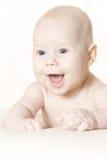 лежать активного одеяла младенца счастливый над животом Стоковое Фото