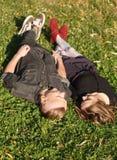 Лежать вниз на траве совместно Стоковая Фотография