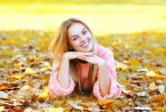 Лежать в листьях фото 758-132