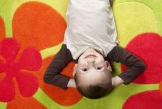 лежать ковра мальчика цветастый Стоковая Фотография