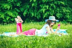 Лежать милой девушки внешний на траве в парке Стоковые Изображения RF