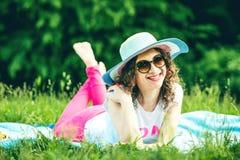 Лежать милой девушки внешний на траве в парке Стоковые Изображения